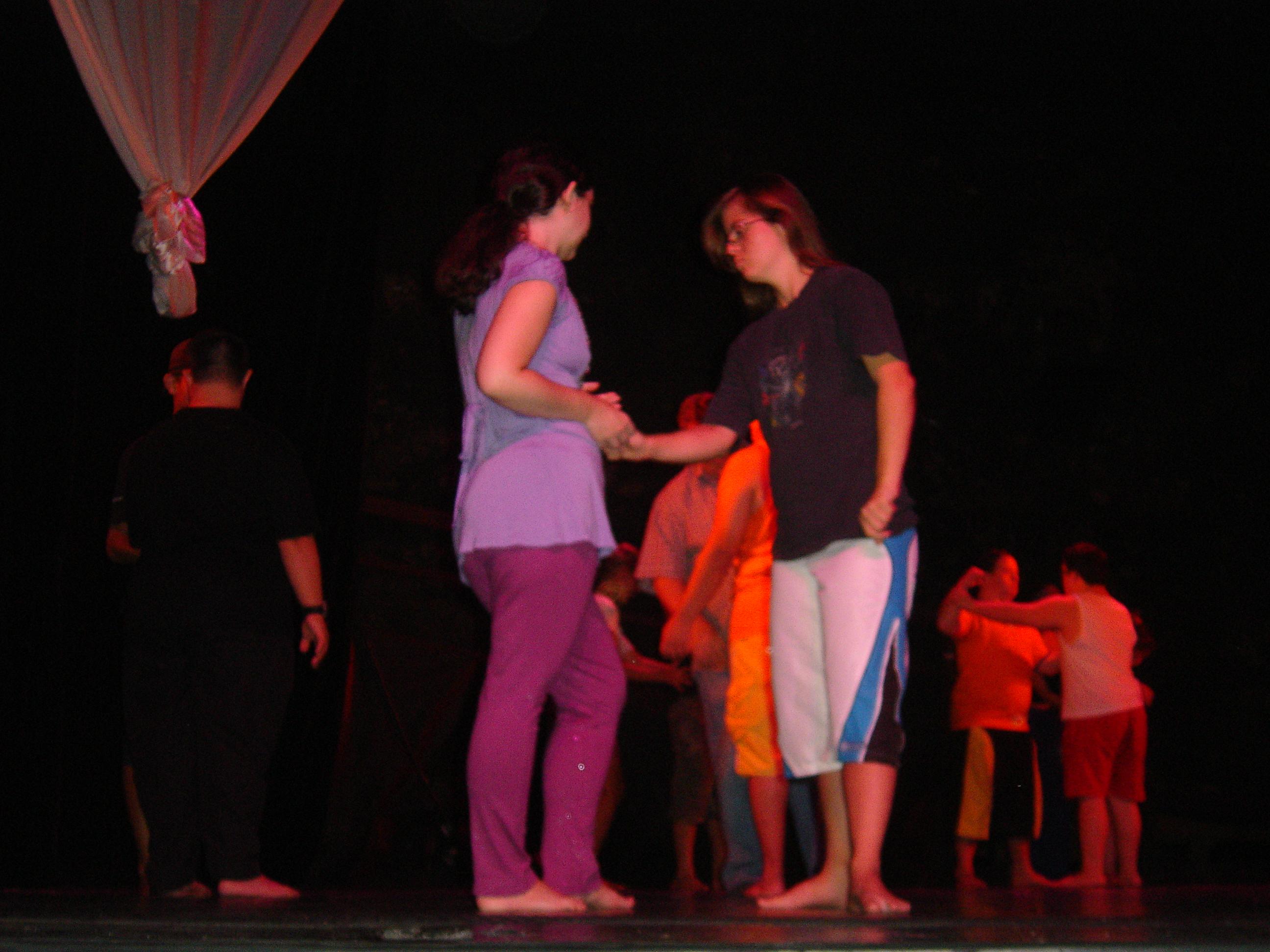 A Júlia (à dir.) já fez um teste de casting na Gatacine. Chama muita a atenção o quanto o palco contribui para sua expressão artística...