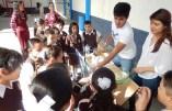 Los experimentos de alumnos de sexto semestre despertando el interés de alumnos de primaria