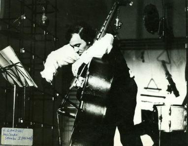 Gerardo Gandini, en contrabajo, ejecutando mi strobo I, en el Festival en Buenos Aires; Di Tella, 1967 [Foto: Di Tella]
