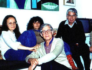 Foto tomada en casa de Gilberto Mendes, Festival da Musica Nova, Santos, en 1983. Eliane [esposa], Gilberto y alcides. Atras, quizas una ex-alumna de Gilberto. Foto: alcides
