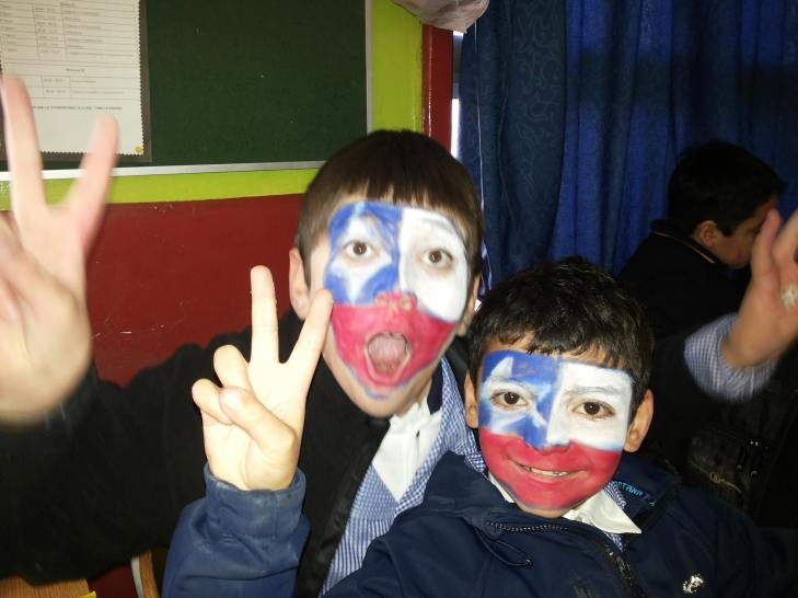 Alumnos de 4to básico....Proyecto de Integración celebrando la clasificación del mundial de fútbol..
