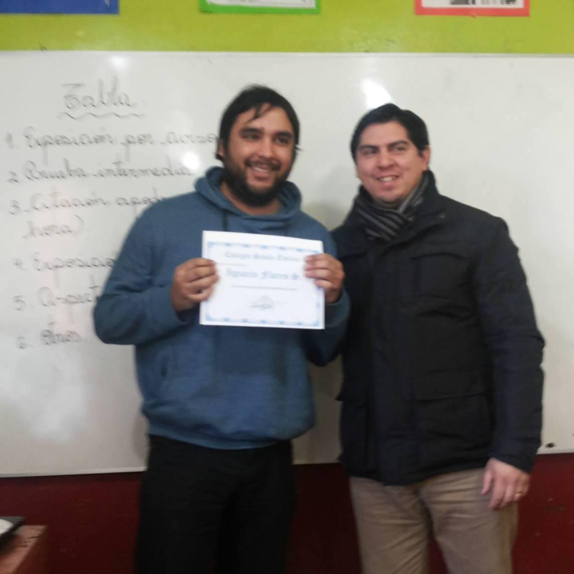 Profesor Ignacio recibe premio de profesor destacado del colegio Santa Emilia...Se destaca por su prudencia, esmero con sus alumnos en el área artística.