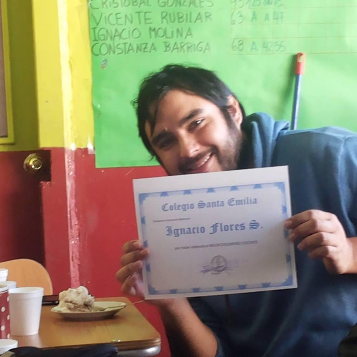 Ignacio Flores recibe su diploma e incentivo económico por su destacada labor y perfil como docente destacado del Colegio Sta. Emilia.