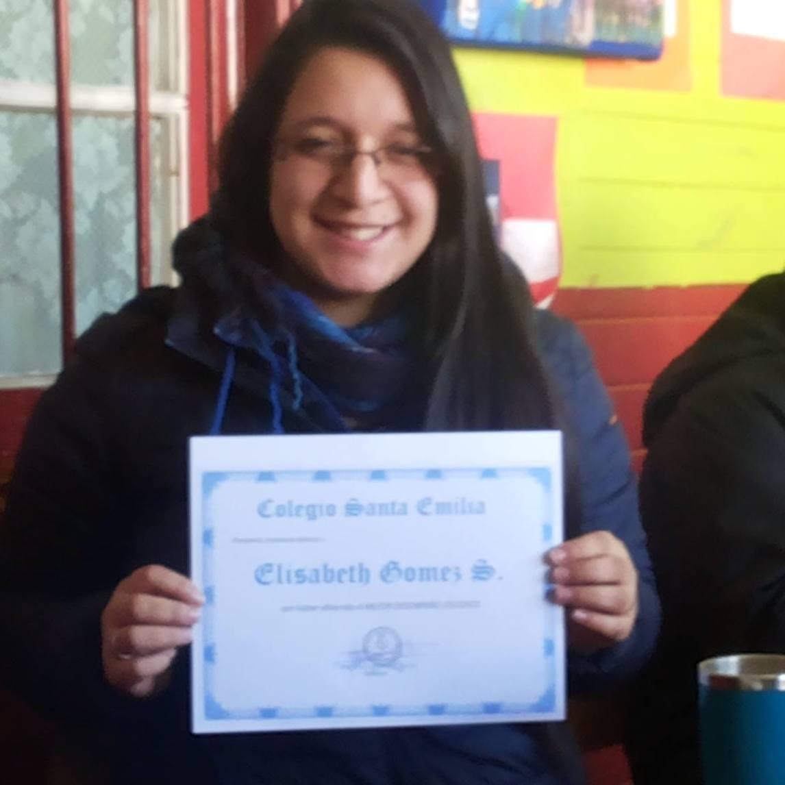 Elisabeth Gómez recibe un diploma y un incentivo económico por su destacada labor como profesora que cumple el perfil del colegio Santa Emilia...