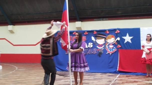 Profesor Juan Carlos baila con la bandera..
