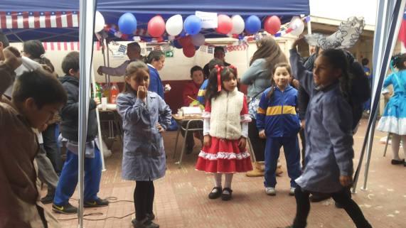 Niñas de 3ero bailando cueca