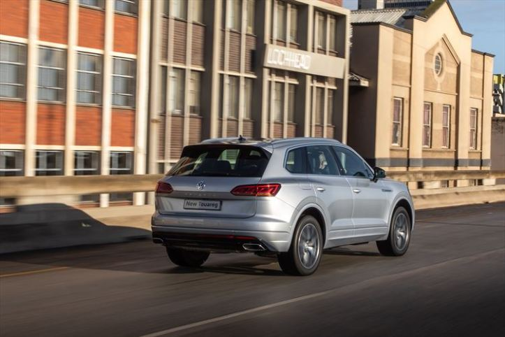 new-volkswagen-touareg_-driving-011_880x500
