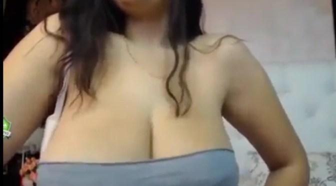 Peituda se exibindo na webcam