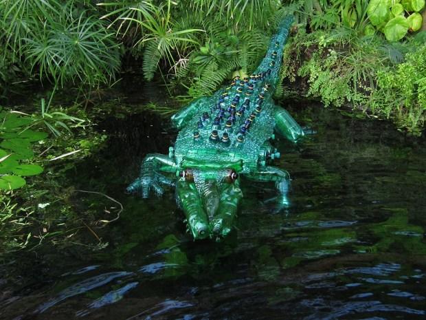 Escultura de Cocodrilo hecha por  Veronika Richterova con botellas de plastico