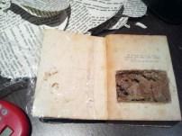 En el libro de Mercedes, una mano surge de las profundidades enterradas
