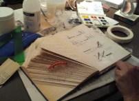"""pliegues de páginas, y recortes de siluetas en el propio libro de """"la otra"""" Pilar"""