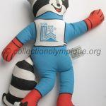Roni le raton laveur, tissu hauteur 37 cm mascotte olympique, dessiné par Don Moss, remplaça Rocky, raton laveur en chair et en os malheureusement décédé avant les Jeux.