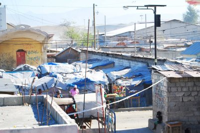 Tent homes remaining from 2010 earthquake in Pele, Cite Sole, (c) Colleen Briggs 2014
