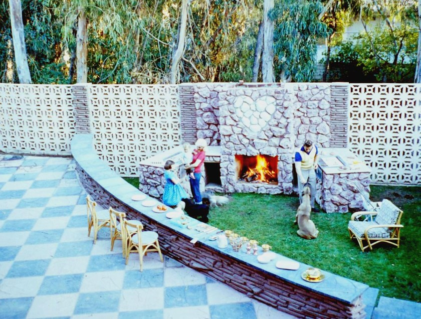 Jayne Mansfield's Pink Palace | Jayne and her family enjoy a backyard barbecue.