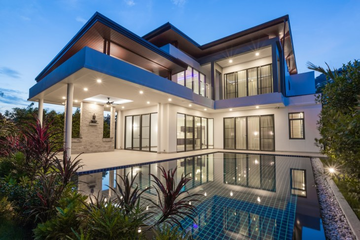 Celebrity House, Expensive mansion with a pool