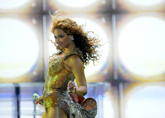 beyonce knowles dancing in gold dress at show