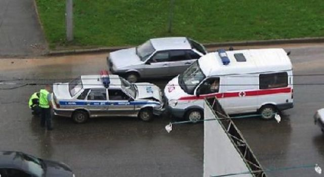 04-police-ambulance-crash-russia