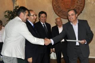 Martino Mancini riceve il premio (foto di Fotoclub Collesalvetti)
