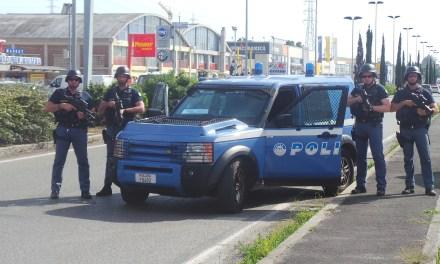 PATTUGLIE DELLA POLIZIA, UN ELICOTTERO IN VOLO, MA… «È UN NORMALE POSTO DI BLOCCO»