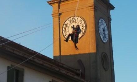 """A COLLESALVETTI TUTTI IN PIAZZA PER ACCOGLIERE L'ARRIVO """"IN VOLO"""" DELLA BEFANA, CHE GETTA DOLCIUMI DALLA TORRE"""