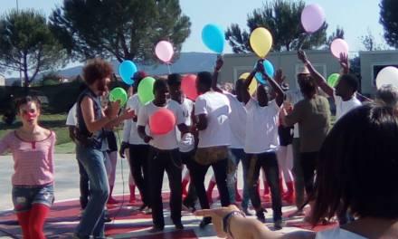 LA FESTA DELLE ASSOCIAZIONI ALL'INSEGNA DELL'INTEGRAZIONE CON I MIGRANTI GIOIOSI FRA I PALLONCINI COLORATI