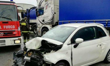 MAXI-INCIDENTE A STAGNO: COINVOLTE 5 AUTO E 1 CAMION