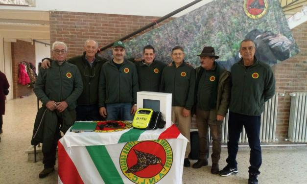 L'ASSOCIAZIONE LIBERA CACCIA DONA UN DEFIBRILLATORE ALLA SCUOLA ELEMENTARE DI VICARELLO