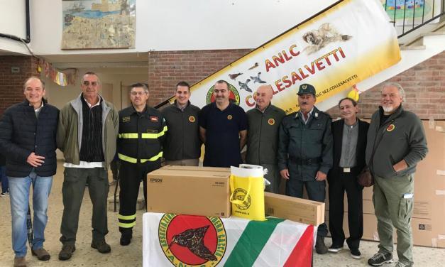 """L'ASSOCIAZIONE """"LIBERA CACCIA"""" DI COLLESALVETTI DONA MATERIALE DIDATTICO ALLA SCUOLA DI VICARELLO"""