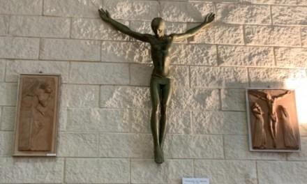 LA FIGLIA DELL'ARTISTA VITALIANO DE ANGELIS DONA TRE OPERE DEL PADRE ALLA PARROCCHIA DI COLLESALVETTI