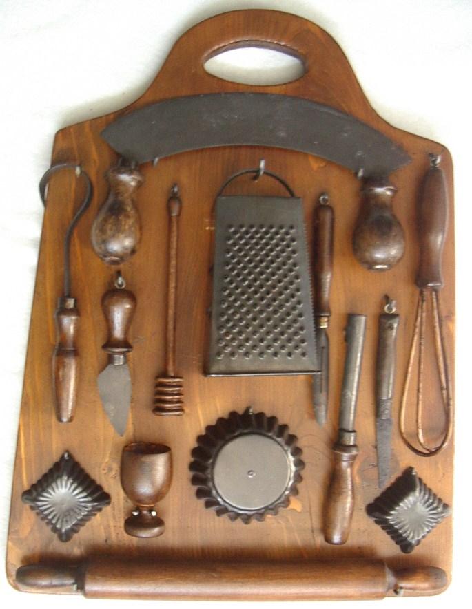 Tagliere da cucina con utensili antichi collezione online - Strumenti da cucina ...