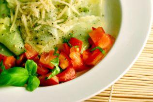 Vegetarisch gefüllte Cappelletti, hausgemachte Cappelletti, Parmiggiano, Parmesan, Basilikum, Käsefüllung, Kräuterfüllung
