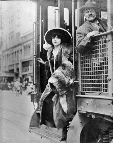 fashionable-woman-getting-of--trolley-1912--los-angeles-times-web--files---fa_1021_1912maidentrolley600