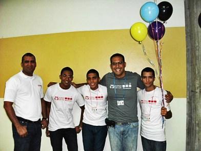 El director de Tecnología del Intec Erick Barinas y el Prof. Raydelto Hernandez junta al equipo ganador, C++, I Choose You!