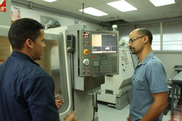 Visito varios laboratorios, como el Haas Technical Education Center, y converso con sus encargados