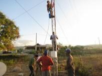 Todo el equipo trabaja en la colocación y automatización de sensores existentes y nuevos en la estación de Jimaní. Foto: Y. León