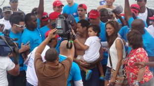 Lo recibieron su hijo Kai, su esposa Natalia Benz, familiares y un equipo médico. FOTO: Soraya Arbaje.