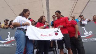 Diovanna Di Vanna y Soraya Arbaje entregaron un detalle al egresado, una abeja de la colmena inteciana. FOTO: Ángel Martínez.