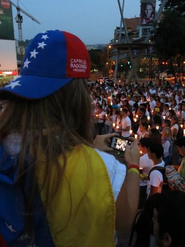 Estudiantes de ocho universidades participaron en una manifestación en la plaza Brión, en la zona de Chacao, al este de Caracas, contra la inseguridad, inflación y la escasez, y para demandar la liberación de sus compañeros detenidos.