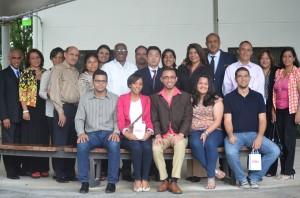 Al centro, los becarios Rafael Brito, Kiara Galván, Raúl de la Mota, Jennifer Ricart y Pedro Camacho, acompañados por autoridades y familiares en el almuerzo de despedida. Foto: Erick Santos