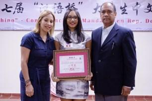 La ganadora del primer premio junto a sus padres.