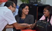Ruth junto a su madre y el coordinador de la carrera de Economía, Rafael Espinal.