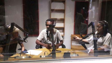 Los periodistas de radio reportan sus noticias a la audiencia de Radio INTEC