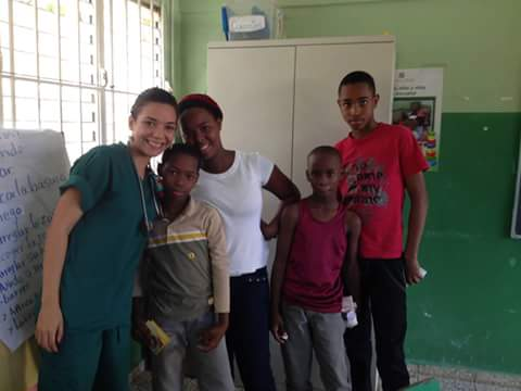Muriel Pérez rodeada de pacientes.