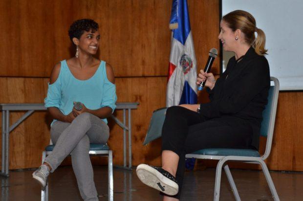 La actriz Julieta Rodríguez es entrevistada por la profesora Elsa Turul.