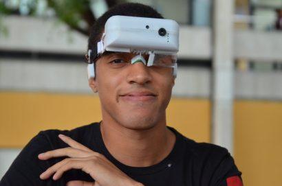 Joanbelk García Alvarado muestra los lentes Testark