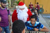 Santa Claus también hizo su turno para jugar ajedrez.