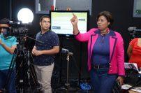 Rosa Alcántara instruye a los participantes en el taller.