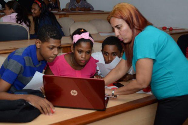 Wendy Carrasco instruye a los estudiantes sobre periodismo digital.