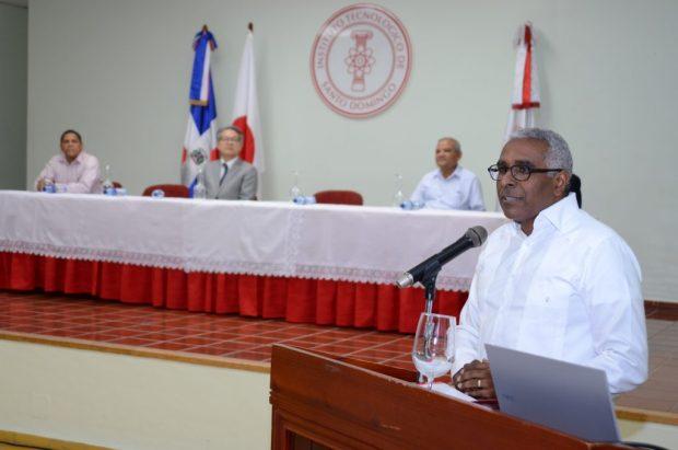 El rector del INTEC, Rolando Guzmán, dirige unas palabras al público.