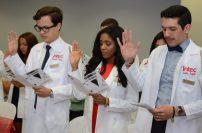 Los futuros médicos realizan juramento Hipocrático.